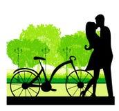 甜新夫妇Sillhouette在突出在公园的爱的 免版税库存图片