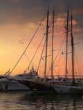 甜日落在小游艇船坞 库存照片