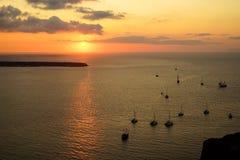 甜日落风景海景在有帆船剪影、抽象云彩和光反射的浩大的爱琴海 图库摄影