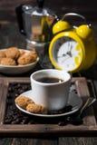 甜早餐用无奶咖啡,垂直 免版税库存图片