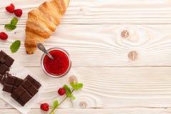 甜早餐用果酱、巧克力和新月形面包 免版税库存照片