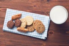 甜曲奇饼和牛奶 库存图片