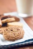 甜曲奇饼和牛奶 免版税图库摄影