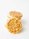 甜曲奇饼用在白色的焦糖的花生 库存照片