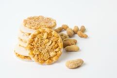 甜曲奇饼用在白色的焦糖的花生 免版税库存照片