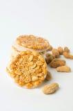甜曲奇饼用在白色的焦糖的花生 库存图片