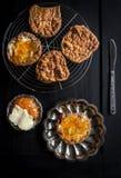 甜曲奇饼用果酱和黄油 免版税库存照片