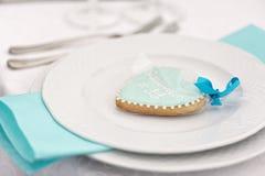 甜曲奇饼礼物看起来象心脏 强调色接收样式紫罗兰色婚礼 库存照片