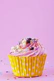 甜杯形蛋糕与在p的洒和巧克力球 免版税库存照片