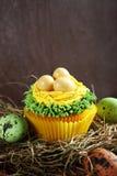 甜杯形蛋糕用在干草的鸡蛋 库存照片