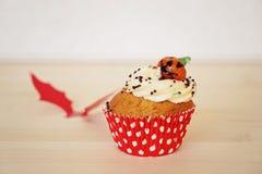 甜杯形蛋糕装饰用奶油和小杏仁饼南瓜在万圣夜 库存图片