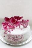 甜桃红色兰花白色周年蛋糕特写镜头 图库摄影