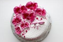甜桃红色兰花白色周年蛋糕特写镜头 免版税库存图片