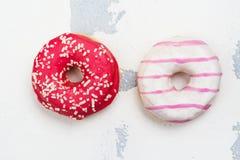 甜桃红色油炸圈饼 免版税库存照片