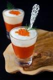 甜椒、奶油和在goble的玻璃的红色鱼子酱开胃菜  免版税库存照片