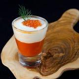 甜椒、奶油和红色鱼子酱开胃菜在玻璃 库存照片