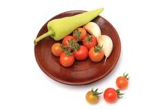甜椒在板材木头的大蒜蕃茄 免版税图库摄影