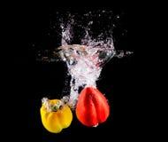 甜椒在水中的做飞溅 免版税库存图片