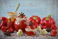 甜椒胡椒和辣椒在一个玻璃瓶子阻塞 免版税库存照片