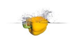 甜椒飞溅黄色 免版税库存图片