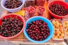 甜樱桃、raspbeery和杏子在一个农厂市场上在城市 水果和蔬菜在农夫市场上 樱桃 免版税库存图片