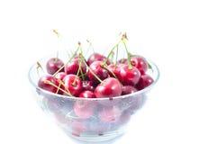 甜樱桃堆在一个玻璃碗的 免版税库存照片