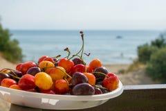 甜樱桃有海视图 库存照片