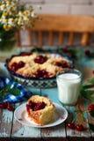 甜樱桃被填装的小圆面包 土气的样式 免版税库存照片