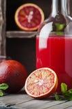 甜汁液用血淋淋的桔子和薄菏 免版税库存图片