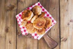 甜油炸圈饼油煎 是可能食物自创饼 在红色笼子的餐巾 木背景 复制空间 平的位置 免版税库存图片