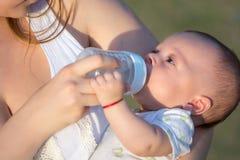甜滑稽的婴孩饮用水 免版税图库摄影