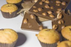 甜点、巧克力与坚果和松饼特写镜头在白色背景 免版税库存图片