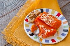 甜点与坚果的被烘烤的南瓜片断  土耳其盘是Kab 免版税库存照片