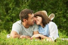 甜点亲吻的夫妇的纵向在爱的 免版税图库摄影