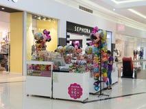 甜点和玩具一个小精品店在购物中心的中央大厅里在市布加勒斯特在罗马尼亚 免版税库存图片