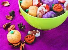 甜点和糖果为假日万圣夜。在pumpk的焦点 免版税库存图片