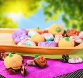 甜点和糖果为在白色背景的愉快的万圣夜 库存照片