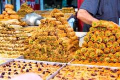 甜点品种在阿拉伯街市摊位的 在大范围的东部甜点,果仁蜜酥饼,土耳其快乐糖用杏仁的腰果 图库摄影