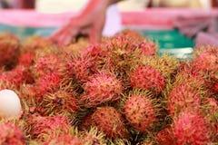 甜点在市场上结果实红毛丹 免版税库存图片