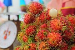 甜点在市场上结果实红毛丹 库存照片