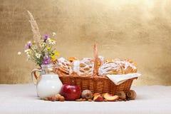 甜点在篮子、果子和牛奶装饰结块 免版税库存照片