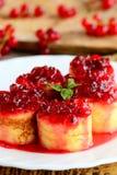 甜点弄皱卷用在一块白色板材的红醋栗蜜饯 一点被充塞的绉纱点心食谱 可口复活节早午餐想法 图库摄影