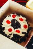 甜点心可口黑森林蛋糕樱桃巧克力装饰鞭子奶油蛋糕 库存图片