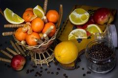 甜点心用果子和饼干,咖啡盖帽 免版税库存图片