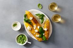 甜点油煎了玉米用蓬蒿调味汁,希腊白软干酪,喝酒顶视图 免版税库存照片