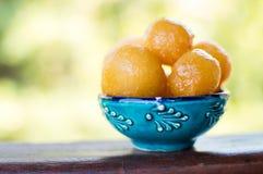 甜点油煎的面团球用蜂蜜 免版税库存照片