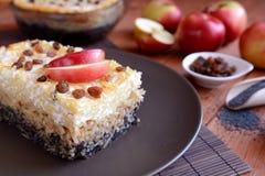 甜点烤了与罂粟种子、苹果和凝乳酪的面团 免版税库存照片