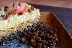 甜点烤了与罂粟种子、苹果和凝乳酪的面团 图库摄影
