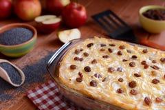 甜点烤了与罂粟种子、苹果和凝乳酪的面团 库存照片