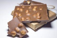 甜点特写镜头,与坚果的巧克力在白色背景 库存照片